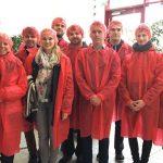 Mitgleider des Innoteams in roter Schutzkleidung