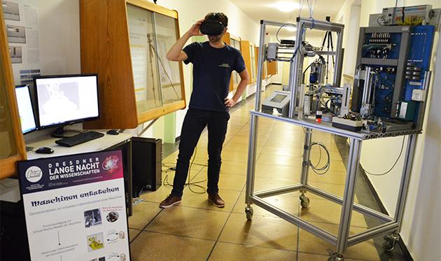 Präsentator mit VR-Brille im Labor