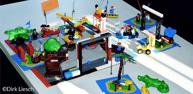 Maschinenhalle mit Personal und Maschinen aus Legobausteinen
